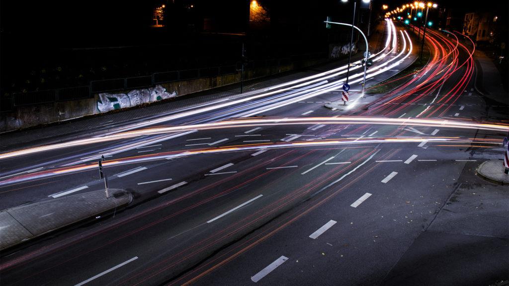 10 kreative Instagram Fotoideen: Langzeitbelichtung einer Straße in einer Stadt.