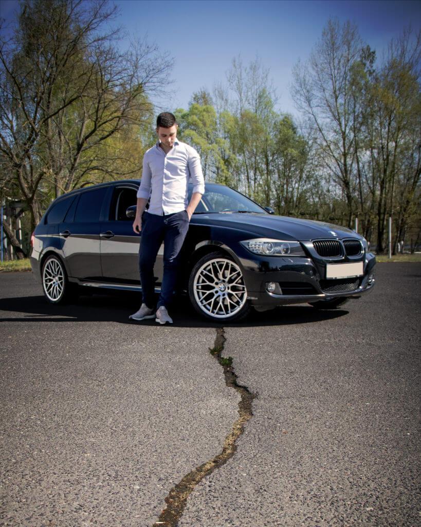 Mann vor seinem Auto, als einer der Orte für Portrait Fotografie.
