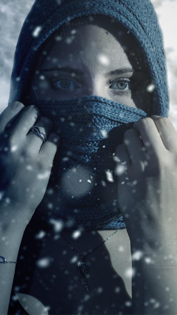 10 kreative Instagram Fotoideen: Portrait einer Frau vor einem Fernseher mit Winterlandschaft
