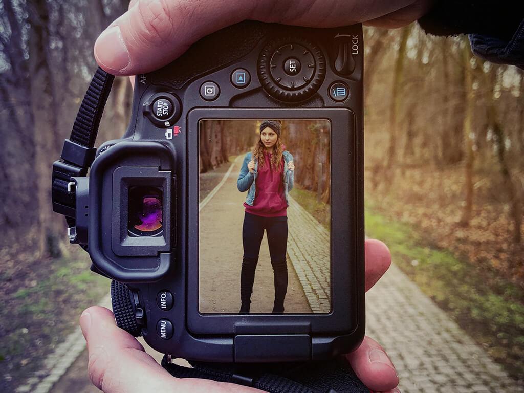 Portrait einer Frau auf dem Display einer Kamera