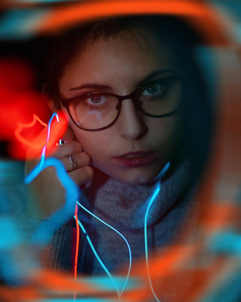 Portrait mit Neonlichter.