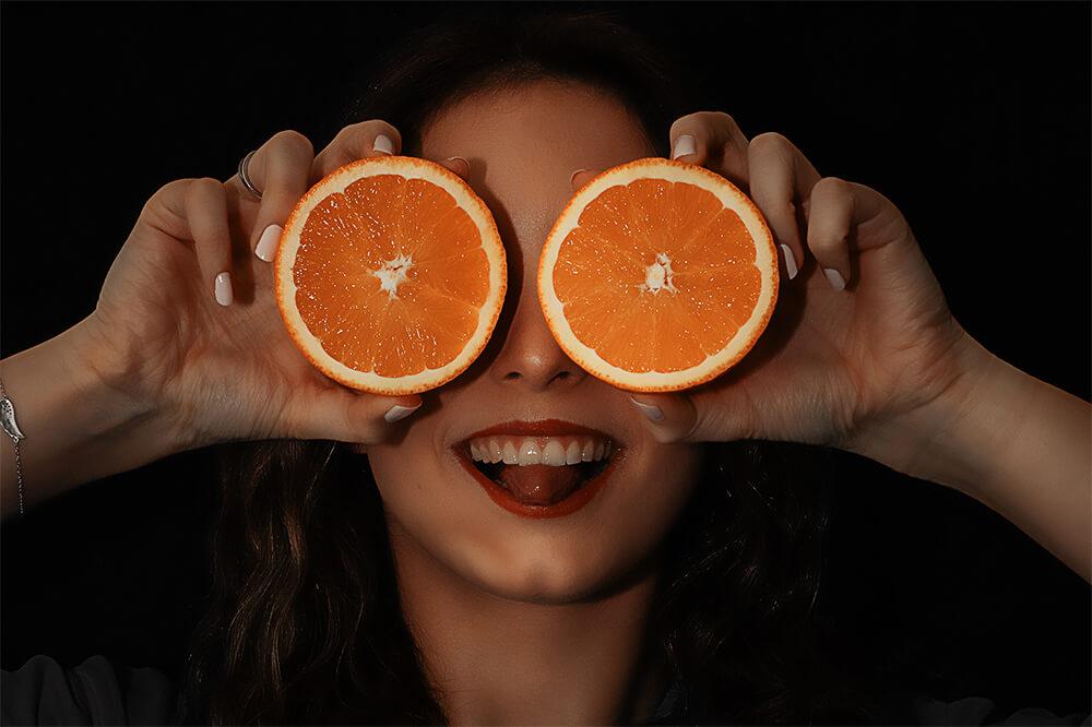 Instagram Bildideen: Portrait einer Frau mit Orangen vor den Augen