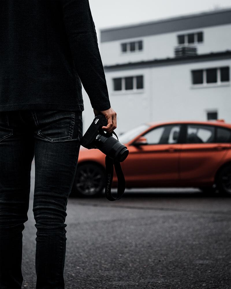 No Face Fotografie-Bild: Ich zeige meine Hobbys. Eine Kamera, ein Auto und ich von hinten.