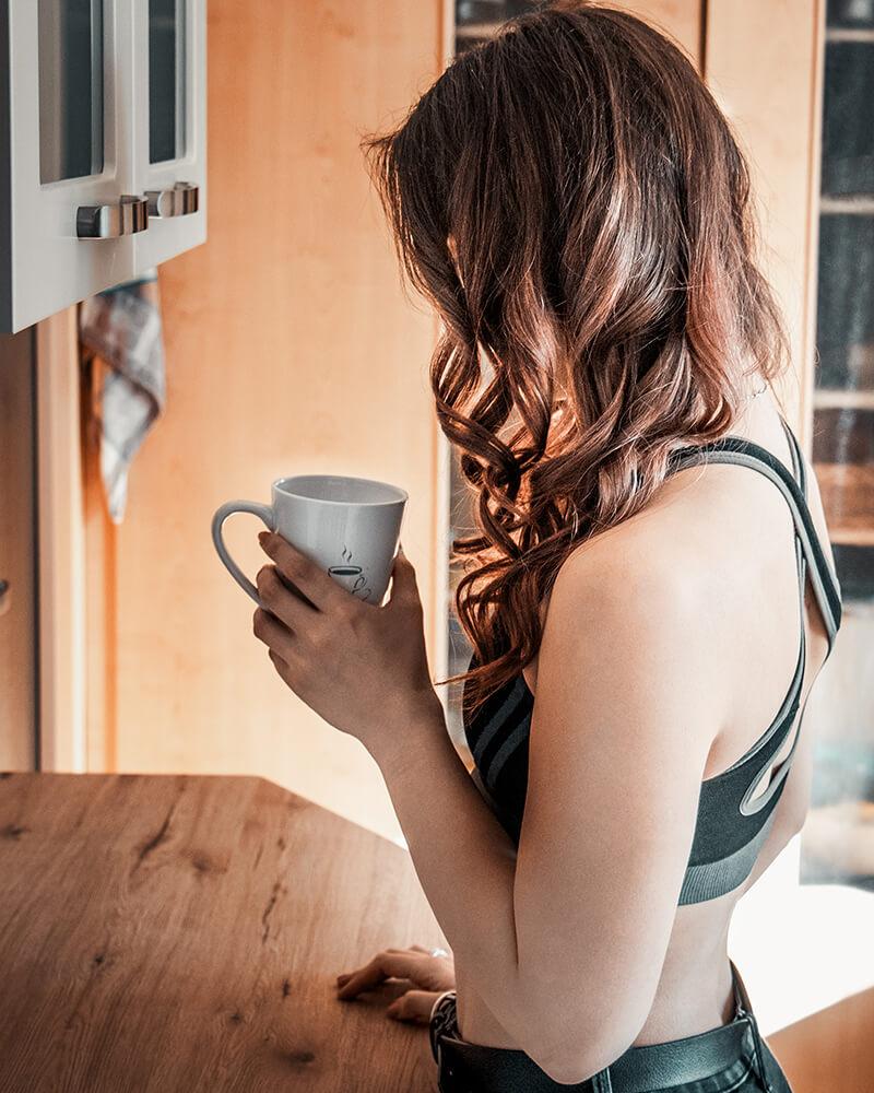 No Face Fotografie-Bild: Beim Trinken von Kaffee.