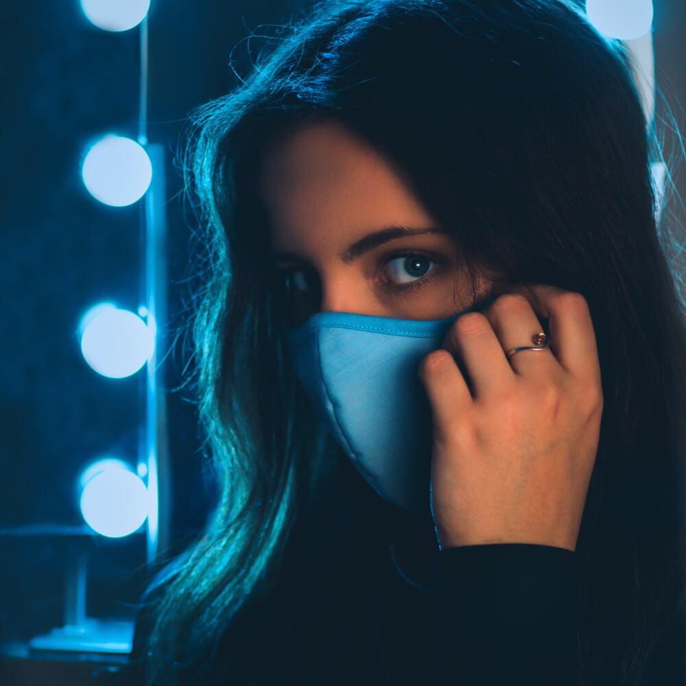 Corona Fotografie: weibliches indoor Portrait mit Maske.