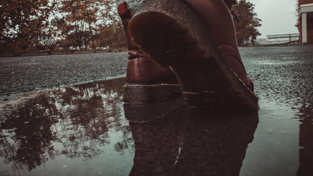 Herbstfotografie durch das Nutzen von Spiegelungen in Pfützen.
